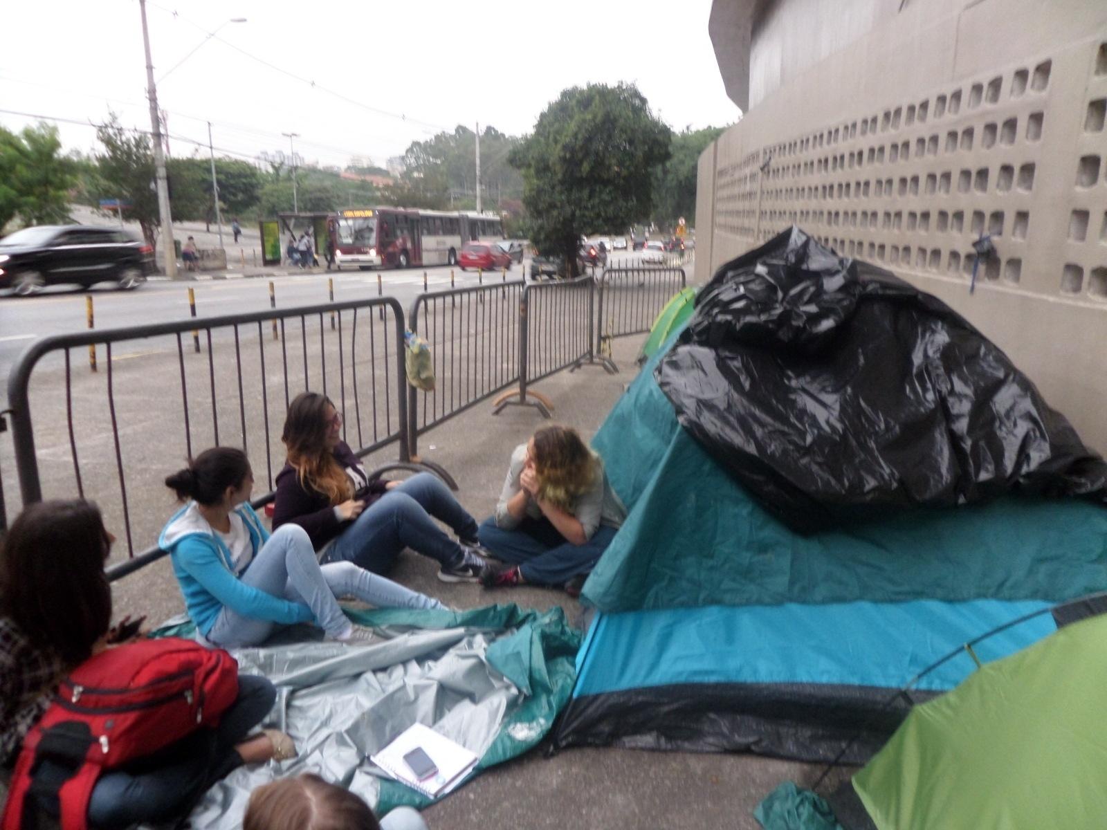 16.abr.2014 - Fãs de One Direction estão na fila há mais de uma mês na porta do Estádio do Morumbi, em São Paulo. Os shows só acontecem em 10 e 11 de maio