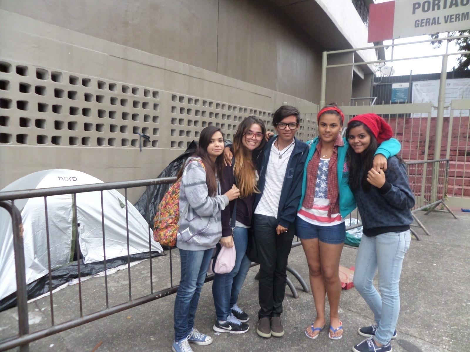 16.abr.2014 - Fãs do One Direction, Marcos Paulo e Jim Kelly , ao centro, deixaram a escola para seguir os cantores e se dedicarem ao acampamento na porta do Estádio do Morumbi