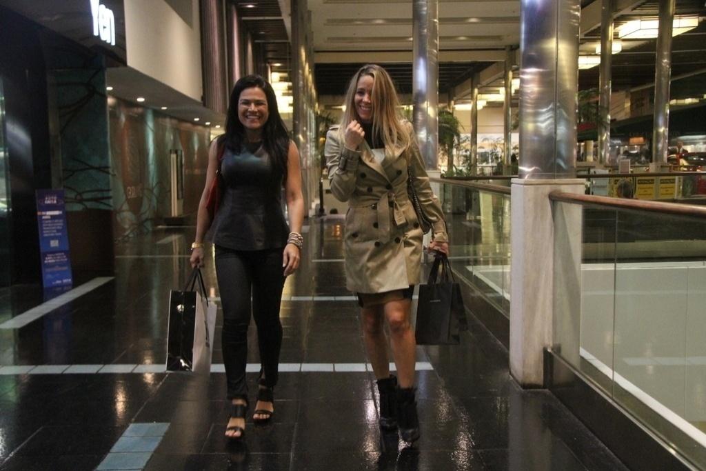 16.abr.2014 - Danielle Winits e uma amiga caminham pelos corredores de um shopping do Rio de Janeiro