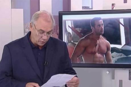 17.abr.2014 - O apresentador Marcelo Rezende lê carta enviada por Marcos Oliver, preso por não pagar a pensão alimentícia da filha de 12 anos