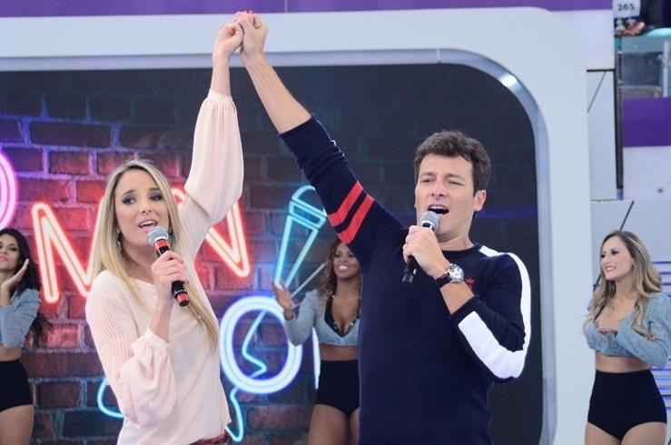 17.abr.2014 - Rodrigo Faro divide palco com Ticiane Pinheiro na despedida do