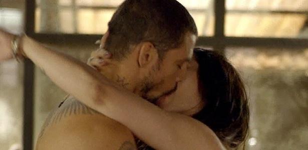 """No segundo capítulo de """"O Caçador"""", Kátia surpreende André com um beijo"""