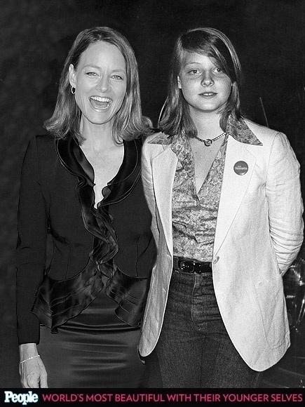 """18.abr.2013 - A revista americana """"People"""" criou um """"reencontro"""" das celebridas com suas versões mais jovens. Na foto, Jodie Foster em 2012, aos 50 anos, e em 1977, aos 15"""