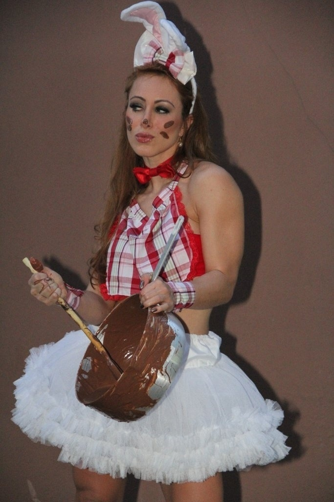 18.abr.2014 - A ex-BBB Aline fez ensaio para uma loja de fantasias no Rio de Janeiro. A modelo e atriz se vestiu de coelhinha da Páscoa em homenagem a semana santa