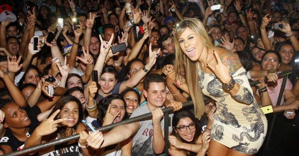 19.abr.2014 - Ex-BBB Vanessa arrasta multidão de fãs em boate para lésbicas na zona sul de São Paulo. A campeã do