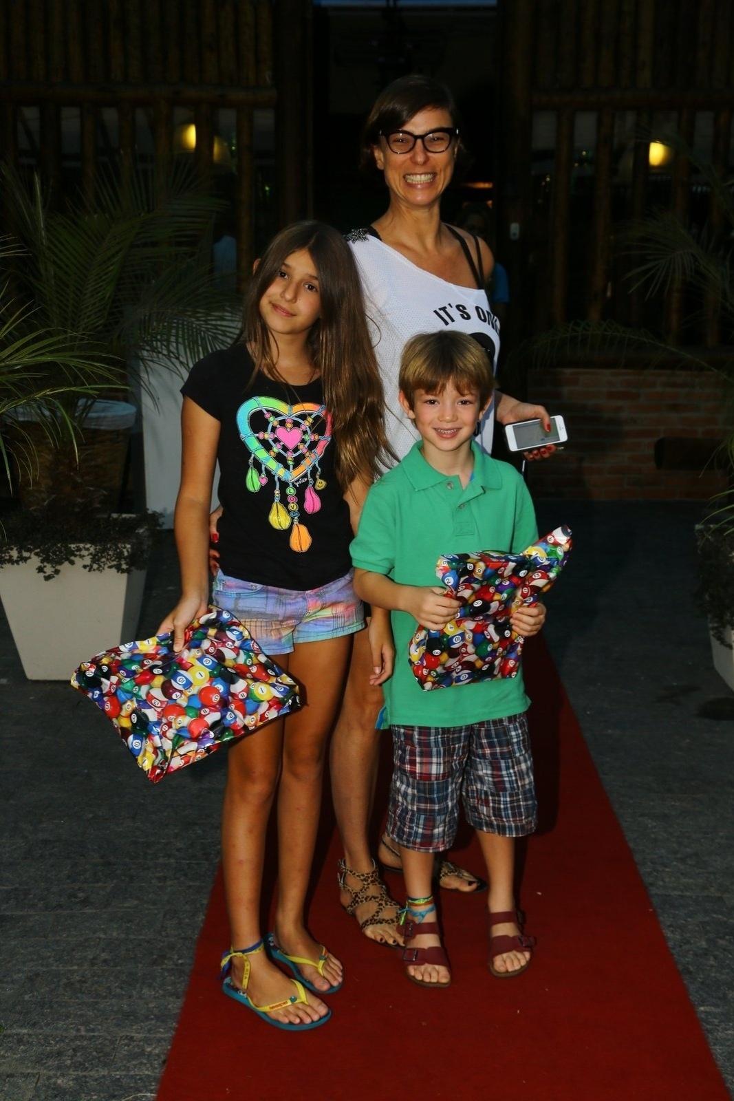 19.abril.2014 - Maria Paula e os filhos, Maria Luísa e Filipe, no aniversário dos gêmeos de Fernanda Lima e Rodrigo Hilbert