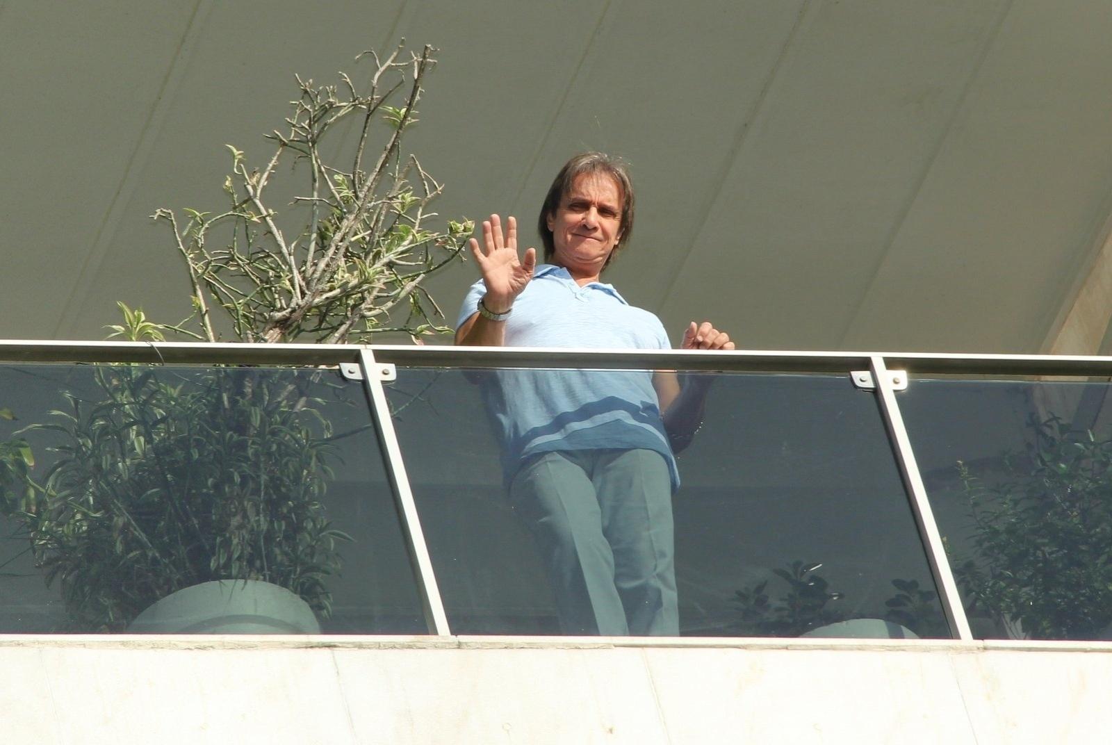 19.abril.2014 - No dia do seu aniversário, Roberto Carlos acena para fãs da sacada de seu apartamento no Rio. O cantor, que está completando 73 anos neste sábado (19), recebeu uma homenagem do seu fã-clune na porta do prédio em que mora, na Urca, na Zona Sul da cidade