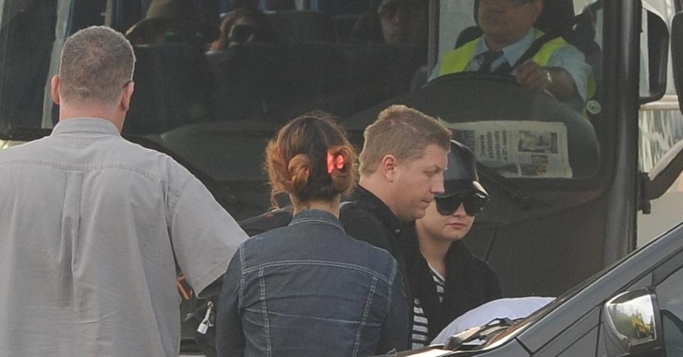 20.abril.2014 - De boné e óculos escuros, Demi Lovato desembarca no