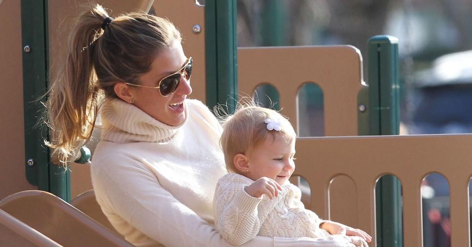 20.abr.2014 - Gisele Bündchen curtiu a páscoa com a filha Vivian e o marido, Tom Brady, em um parque em Boston, Estados Unidos