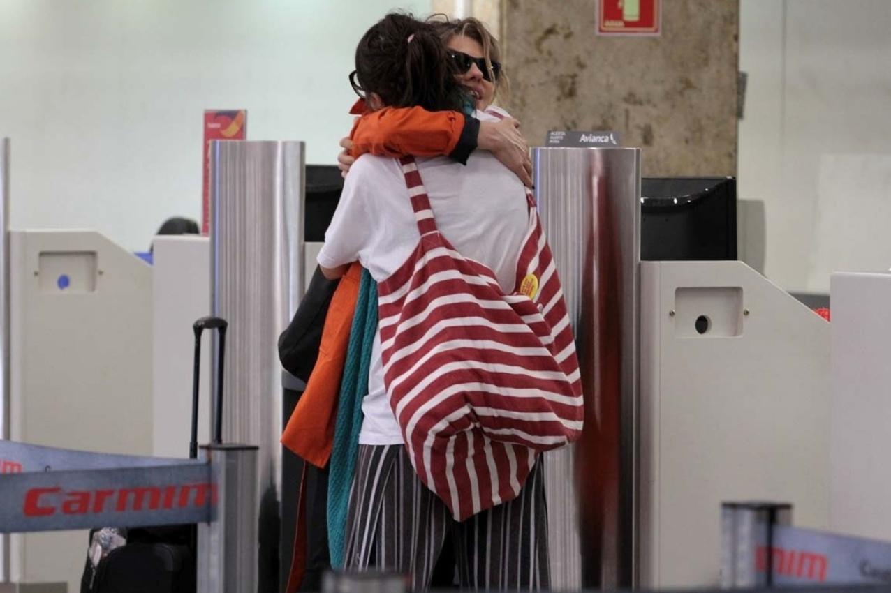 21.abr.2014 - No aeroporto de Congonhas, em São Paulo, Maria Casadevall encontro a atriz Bárbara Paz no balcão do check-in. As duas trabalharam juntas na novela