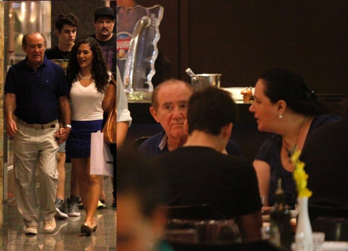21.abr.2014- Recuperado, Renato Aragão é flagrado jantando com a mulher Lilian, a filha Livian e o namorado dela, Nicolas Prattes, em um restaurante na Barra da Tijuca, zona oeste do Rio