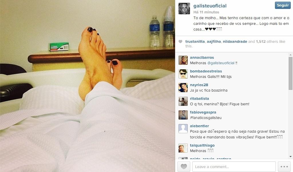 22.abr.2014 - Adriane Galisteu posta foto em quarto de hospital. A apresentadora foi internada no Sírio-Libanês, em São Paulo, com pneumonia