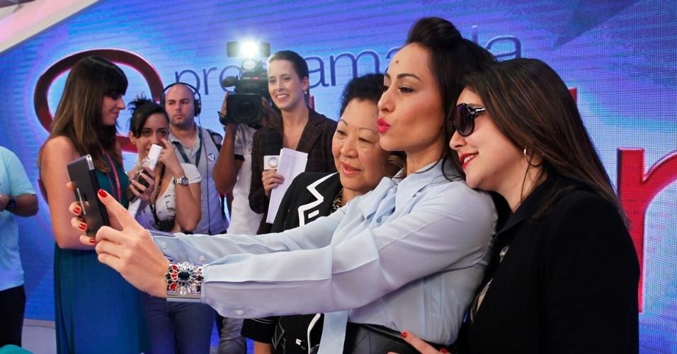 22.abr.2014 - Sabrina Sato faz selfie com a mãe, Dona Kika, e com a irmã, Karina, durante apresentação de seu novo programa na Record