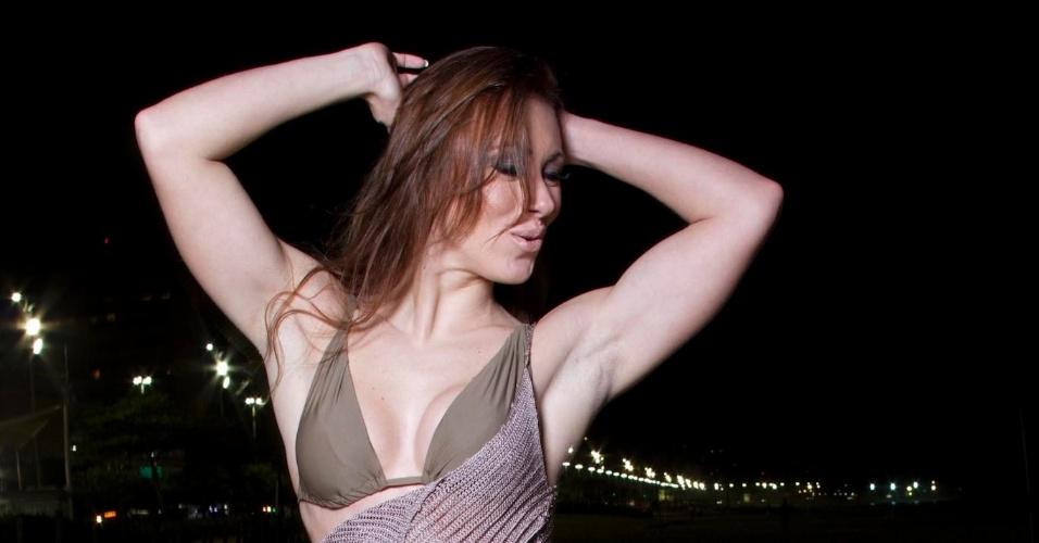 Fora do confinamento, a ex-BBB Aline Dahlen fez um ensaio sensual na praia para revista