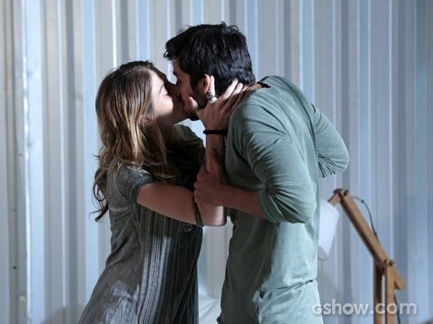 Marlon e Paulinha se beijam