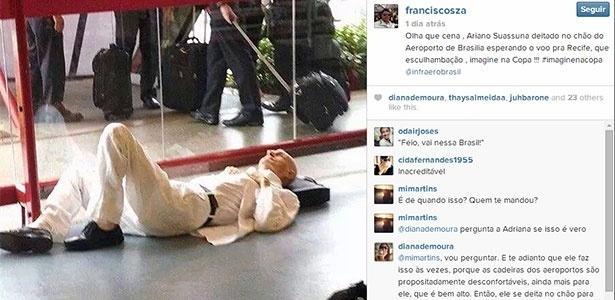 O escritor Ariano Suassuna deitado em aeroporto de Brasília