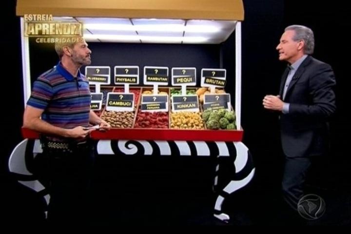 22.abr.2014 - Nahim e Nico Puig foram participaram de uma prova em que teria que adivinhar nomes de frutas exóticas. Quem acertasse mais nomes ganhava pontos