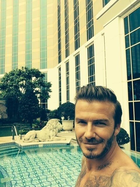 23.abr.2014 - David Beckham usou a sua conta do Facebook para mostrar uma foto selfie sem camisa que tirou em um hotel na China. Na imagem, o ex-jogador de futebol aparece na área de lazer, com a piscina luxuosa ao fundo. A equipe de marketing gostou tanto da propaganda que reproduziu o selfie na página oficial do hotel na rede social.