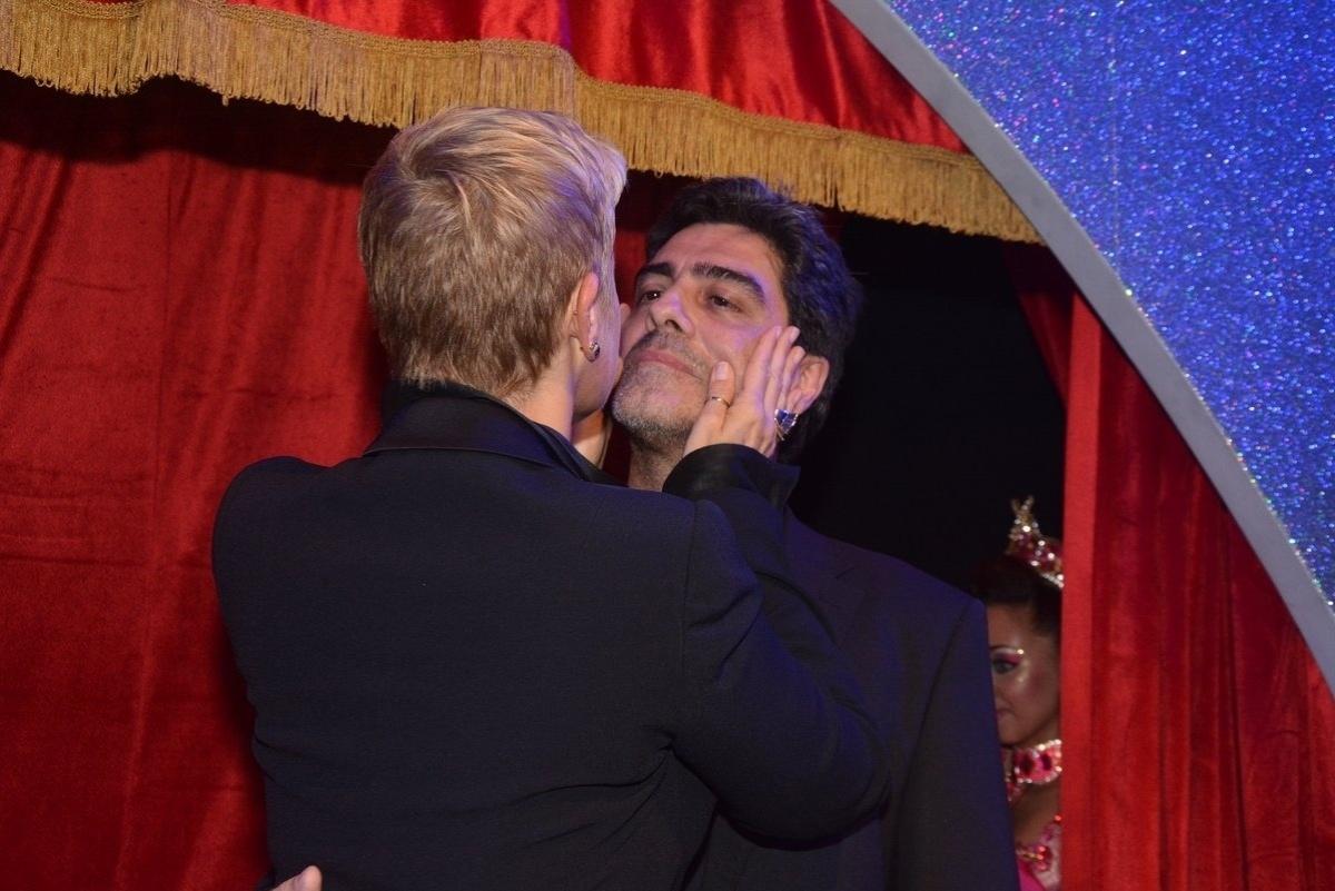 23.abr.2014 - Xuxa beija o namorado, Junno Andrade, na inauguração da Casa X, nz zona leste de São Paulo