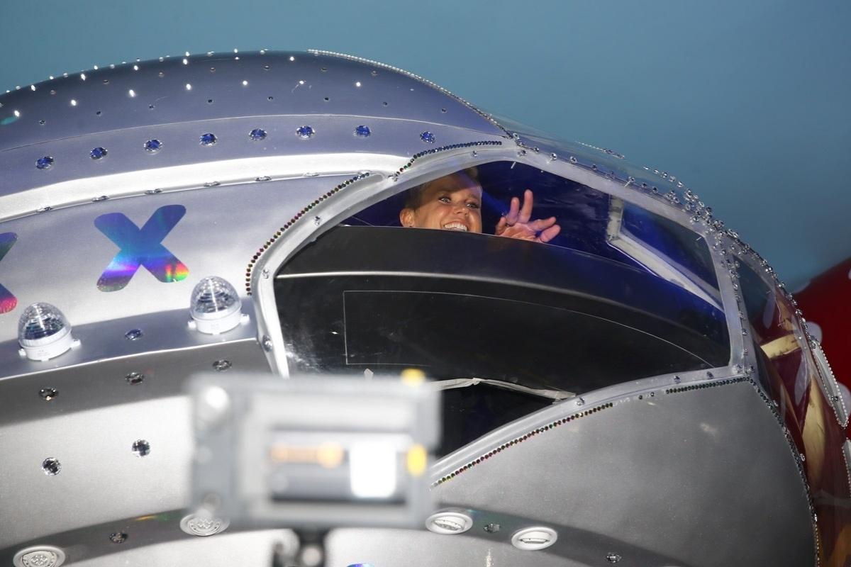 23.abr.2014 - Xuxa desce na nave dentro da Casa X, empreendimento de festas infantis na zona leste de São Paulo. Segundo a apresentadora, desde o fim do