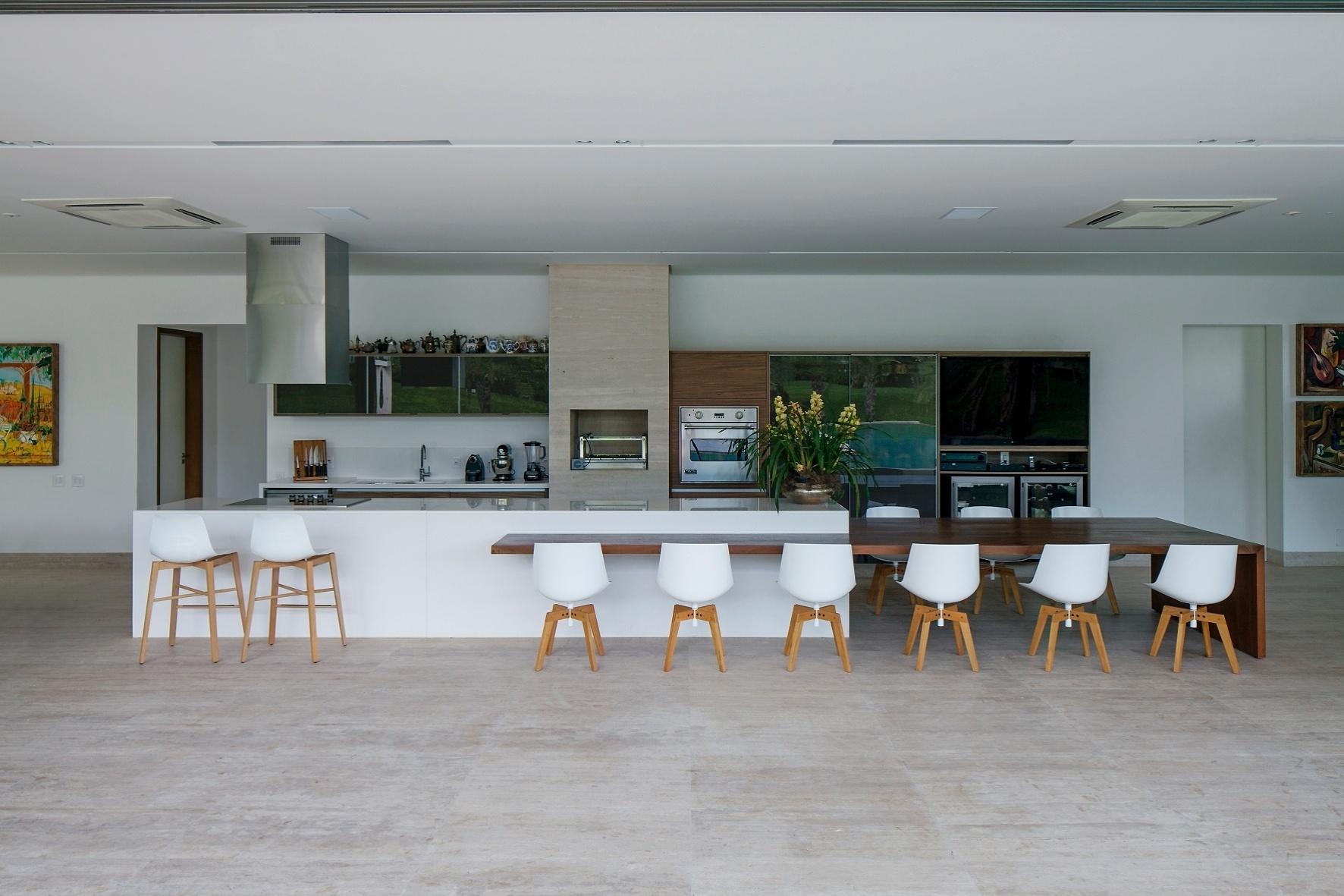 A cozinha gourmet, usada pela dona da casa que adora aprimorar seus dotes culinários, foi instalada na grande varanda da TB House, cujo projeto arquitetônico é do escritório Aguirre Arquitetura