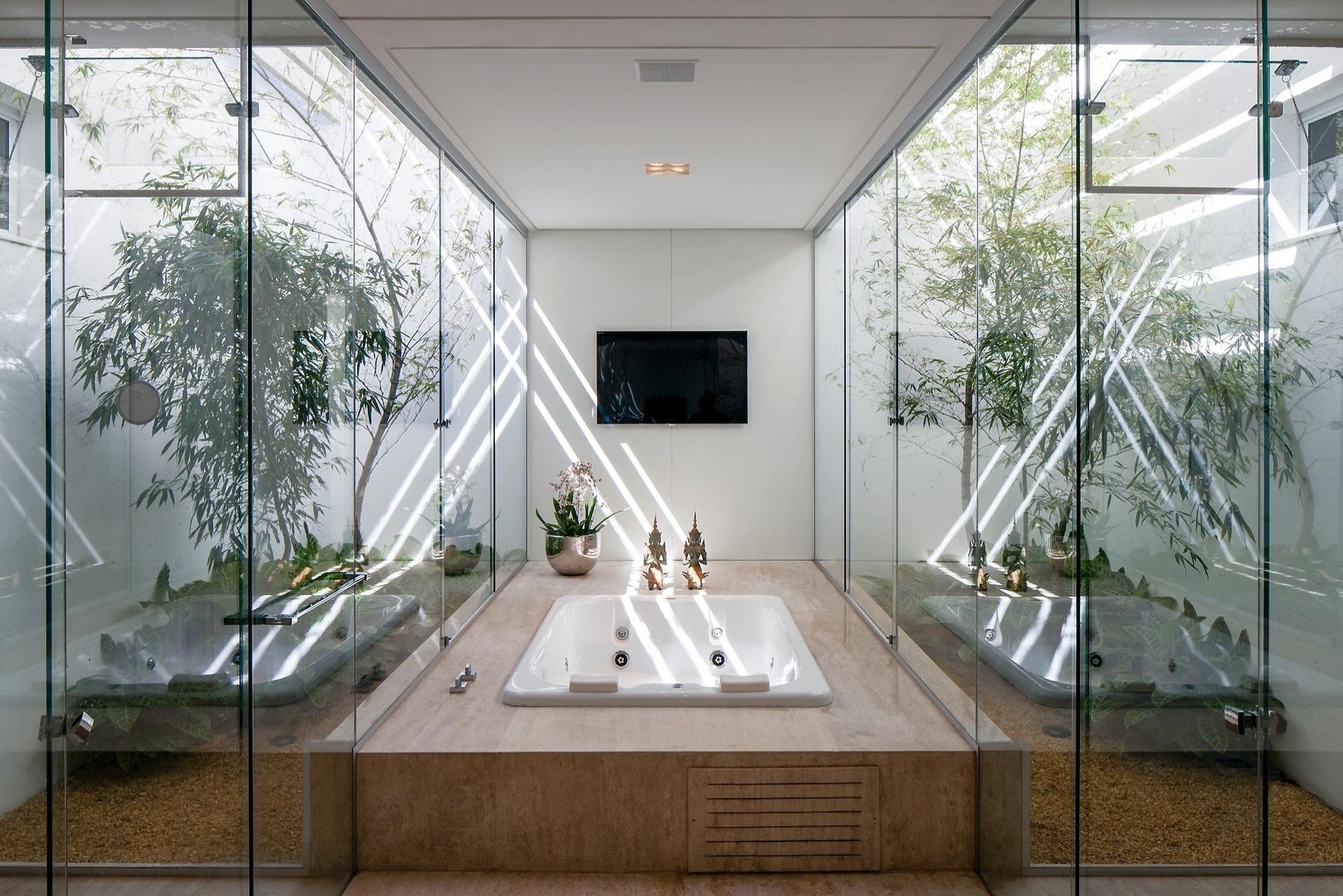 suíte do casal possui uma ampla sala de banho com hidromassagem ao  #5B442D 1772x1182 Banheiro Casal Dois Vasos