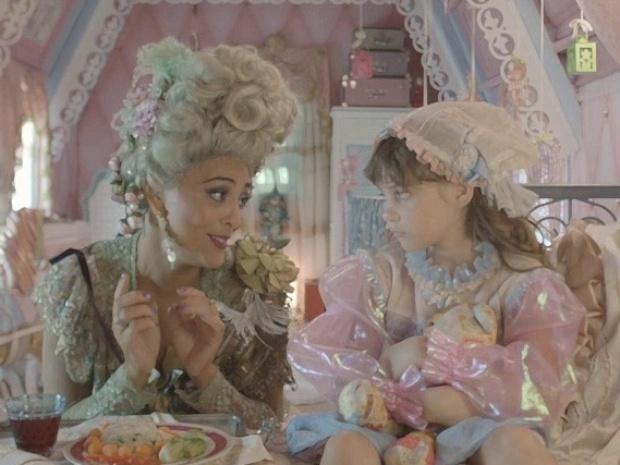 Catarina oferece comida e tenta fazer com que Pituca se alimente. A menina faz greve de fome até que Serelepe apareça