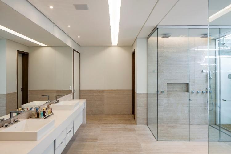 Com 880 m², casa tem escadas que parecem flutuar sobre espelho dágua  C -> Decoracao De Banheiros Com Duas Cubas