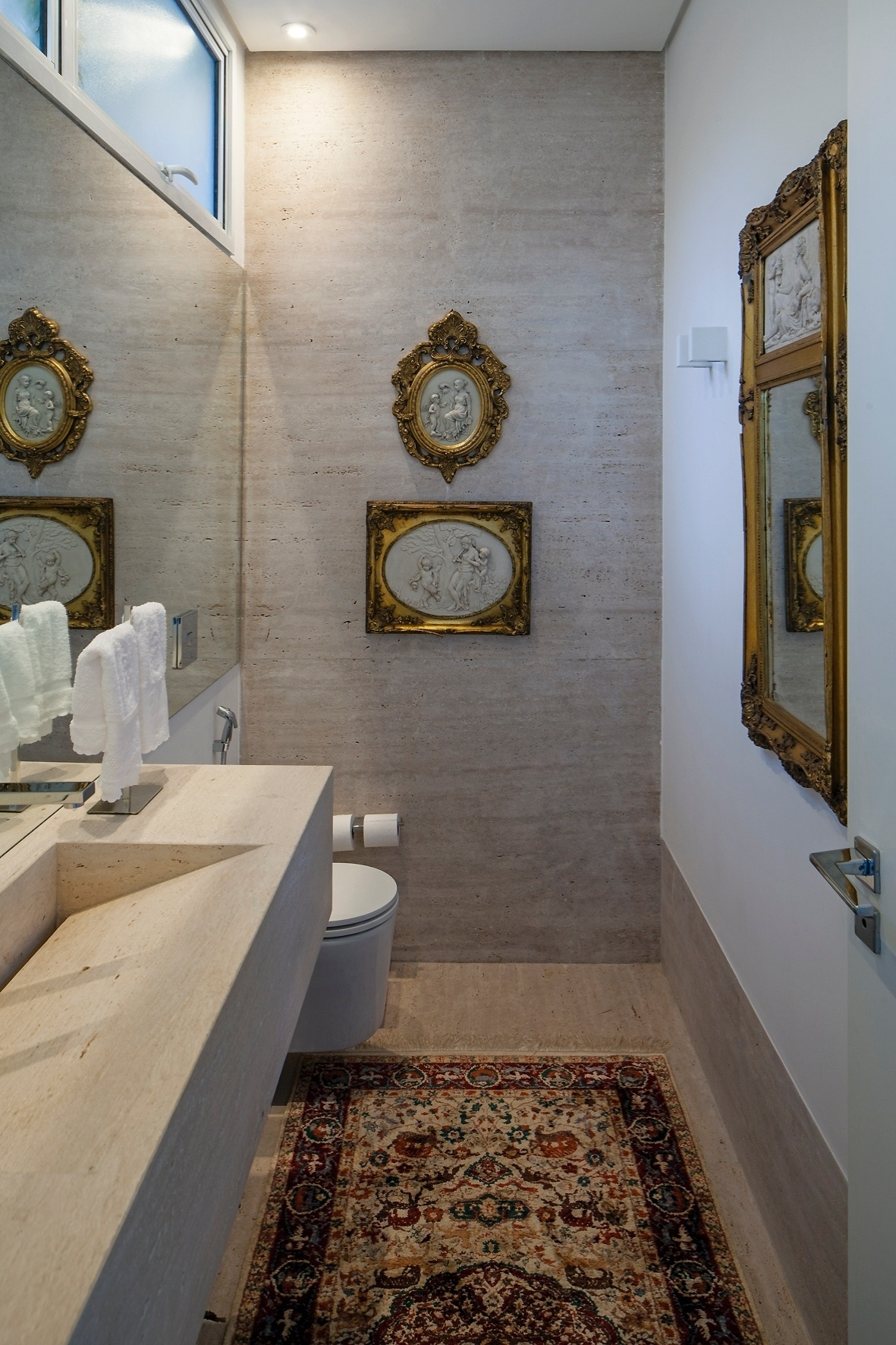 mármore travertino reveste o piso e também uma das paredes do  #3D3025 1181x1772 Bancada Banheiro Marmore Travertino