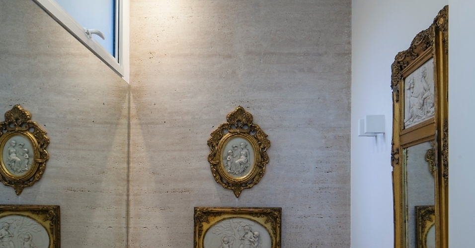 uol decoracao lavabo:mármore travertino reveste o piso e também uma das paredes do lavabo