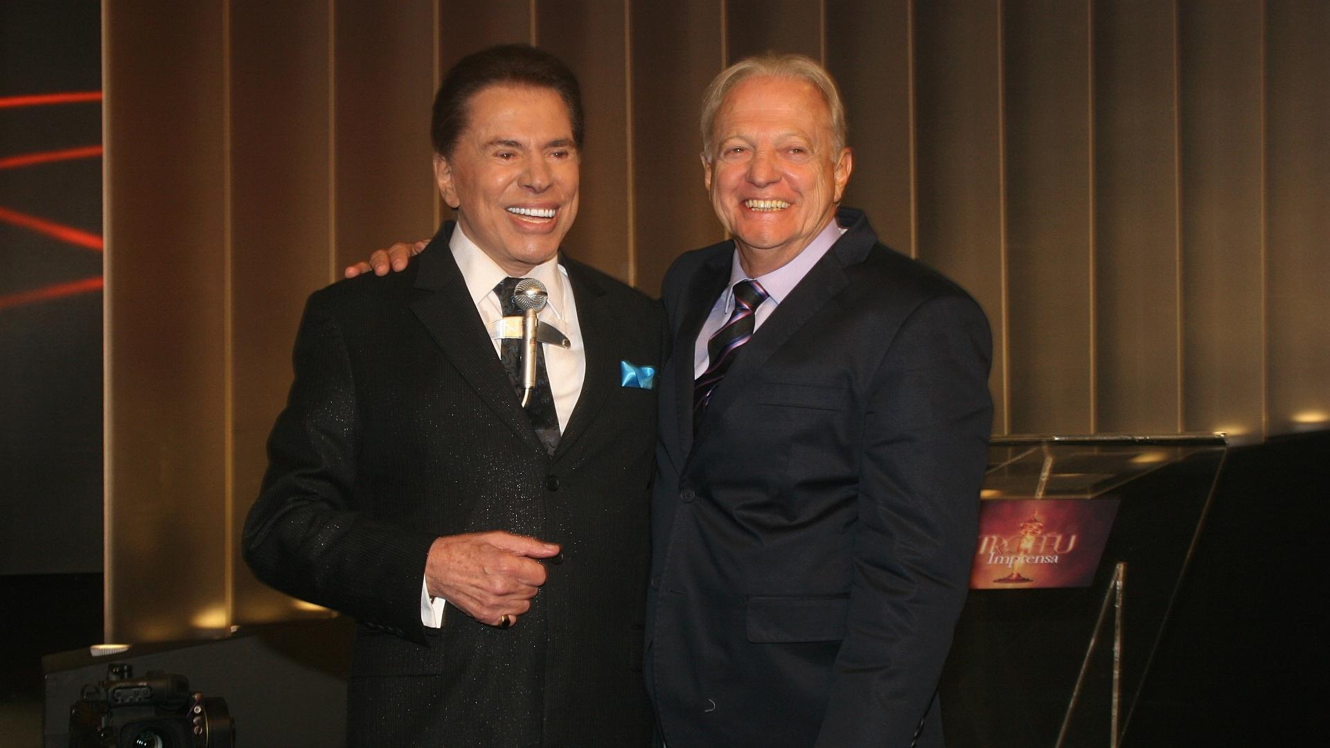 23.abr.2014 - Colunista do UOL, Flávio Ricco foi jurado do Troféu Imprensa e também posou ao lado de Silvio Santos na premiação