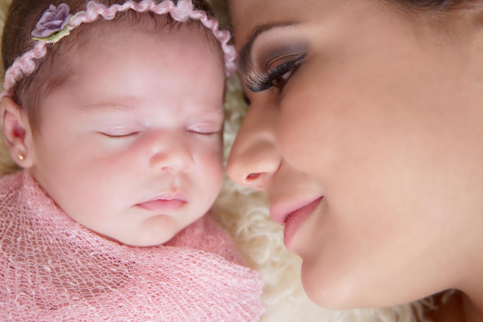 25.abr.2014 - Nívea Stelmann posa com a filha recém-nascida Bruna, fruto da relação da atriz com o empresário Marcus Rocha. As duas foram clicadas pela fotógrafa Gisele Fap