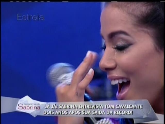 26.abril.2014 - Anitta se emociona durante a estreia do