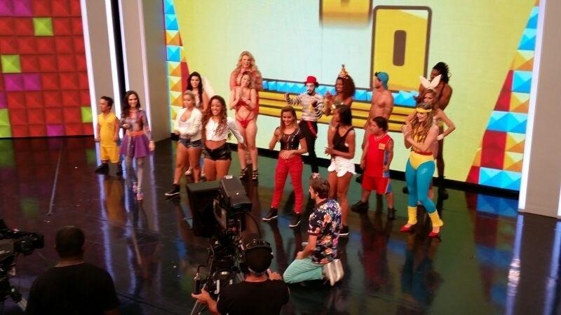 26.abril.2014 - Fábio Porchat e Tatá Werneck com as meninas do Bonde das Maravilhas durante a gravação do