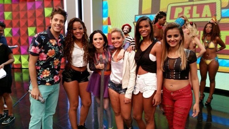26.abril.2014 - Fábio Porchat e Tatá Werneck posam com as meninas do Bonde das Maravilhas durante a gravação do