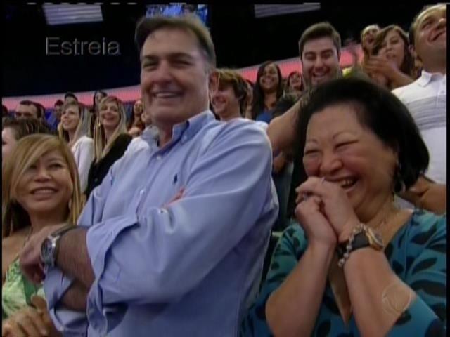 26.abril.2014 - Pais de Sabrina Sato conferem da plateia estreia da filha na Record. O