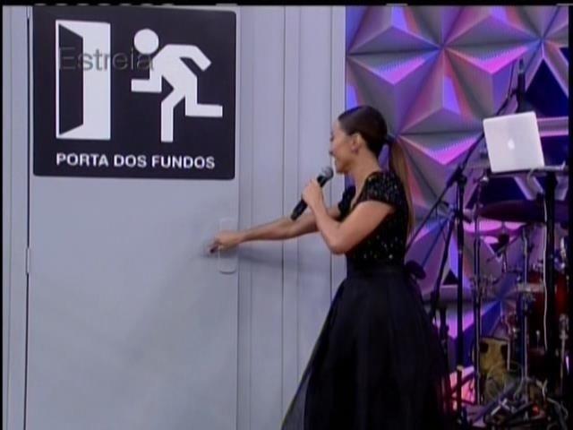 26.abril.2014 - Sabrina Sato recebe o elenco do grupo de humor Porta dos Fundos na estreia do