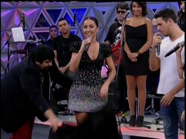 26.abril.2014 - Sabrina Sato troca de roupa no palco durante a estreia do