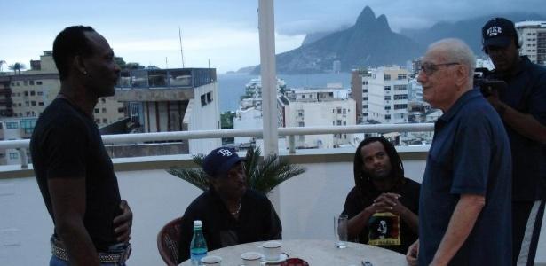 Publicada pelo filho Flávio no Facebook, foto de 2010 mostra José Domingos Raffaelli ao lado do grupo americano Kool & the Gang