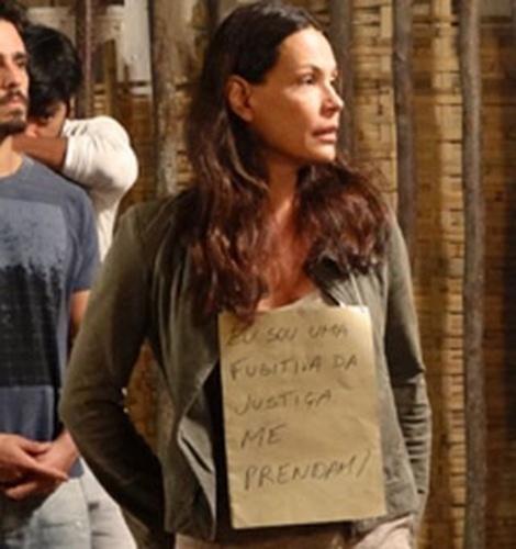 Tereza circula com cartaz no pescoço avisando que é fugitiva da Justiça
