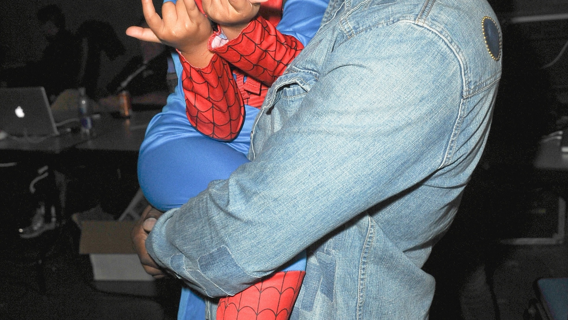 19.jul.2013 - O ator Jamie Foxx carrega no colo sua filha Annalise Bishop antes do painel de