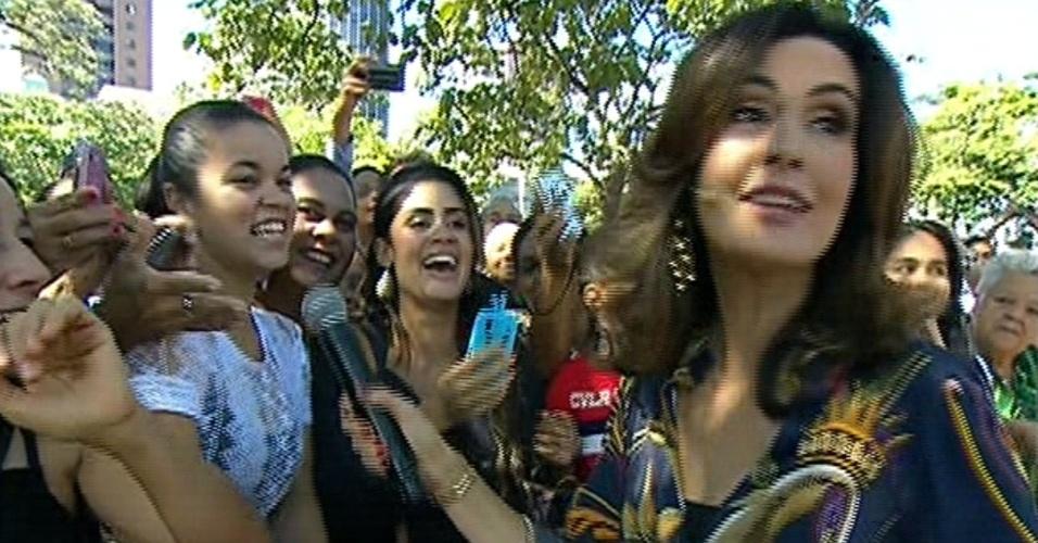 28.abr.20014 - Fátima Bernardes se apavora ao se aproximar de cobra, ao vivo, em seu programa; na imagem, ela entrevista o público em Belo Horizonte (MG)