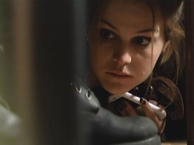 28.abr.2014- Anita se esconde embaixo da cama após invadir a casa de Palhares