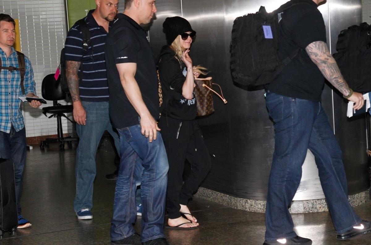 28.abr.2014- Simpática, Avril acena para os fãs ao desembarcar no aeroporto de Guarulhos, em São Paulo, para uma série de shows de sua nova turnê