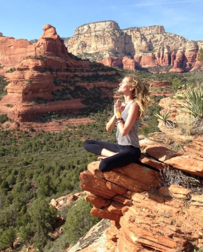 26.abr.2014 - À beira de penhasco, Gisele Bündchen medita. A top fez um retiro espiritual no estado do Arizona, nos Estados Unidos