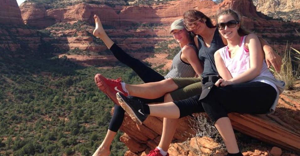 26.abr.2014 - Com a perna esticada, Gisele Bündchen posa para foto com amigas durante retiro espiritual no estado norte-americano do Arizona