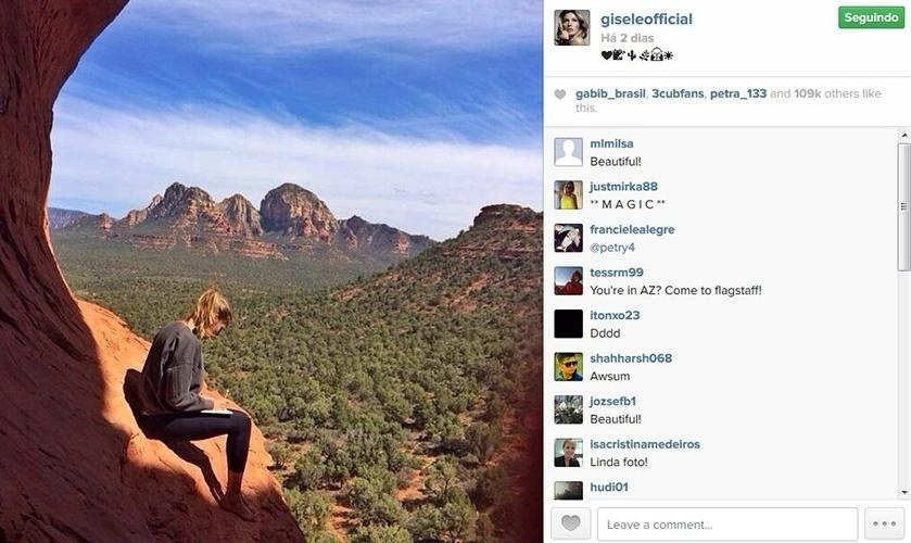 26.abr.2014 - Durante retiro espiritual no estado norte-americano do Arizona, Gisele Bündchen posa em penhasco