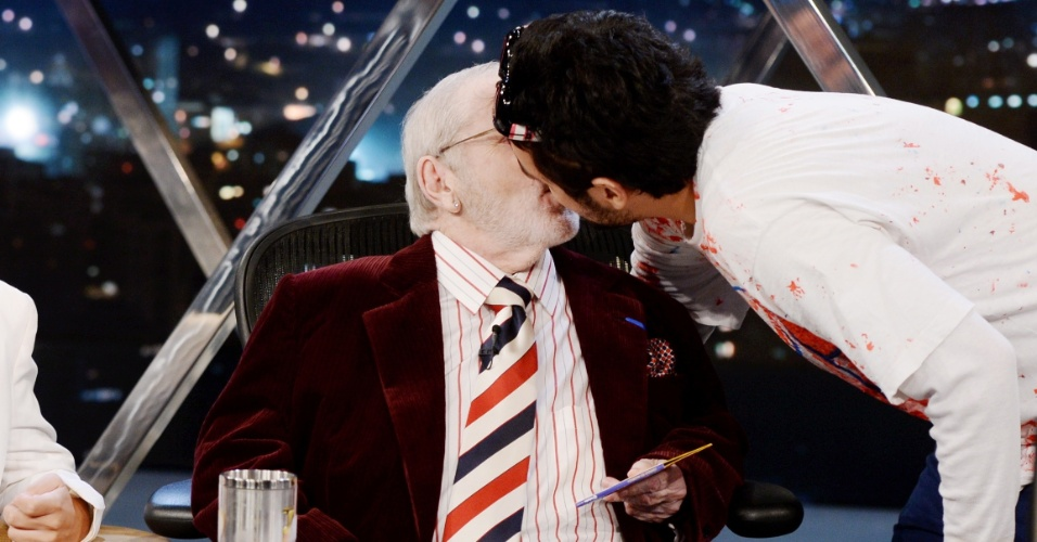 28.abr.2014 - Jô Soares dá um beijo selinho em Niko Demos, vocalista da nada