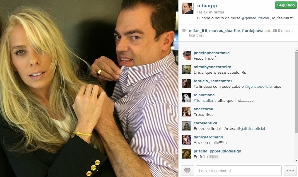 29.abr.2014 - Após receber alta, Adriane Galisteu repaginou o visual com o stylist das estrelas, Marco Antônio de Biaggi. A apresentadora, que ficou dois dias internada para tratar de um princípio de pneumonia, intensificou o loiro dos fios.