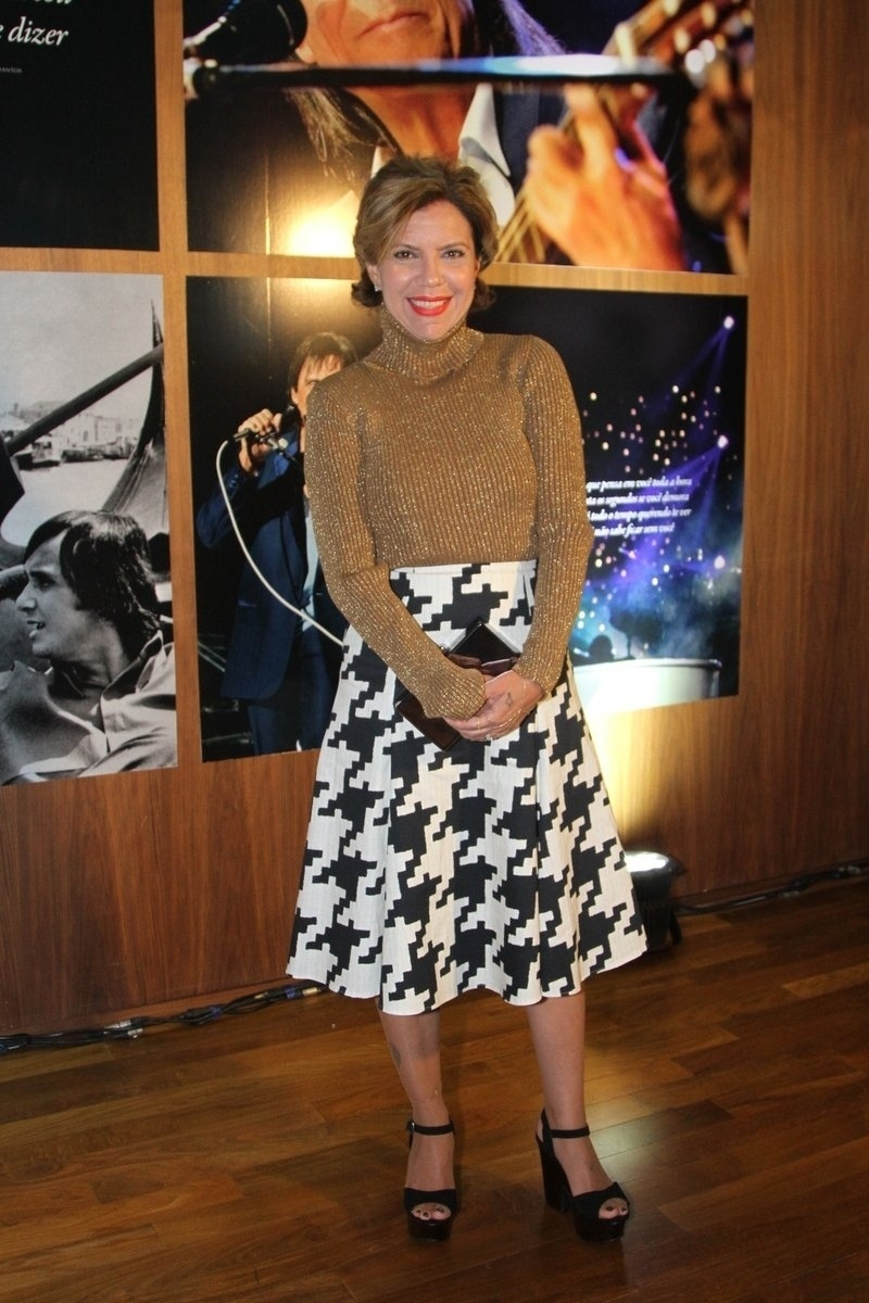 29.abr.2014 - Astrid Fontenelle vai ao lançamento da biografia oficial de Roberto Carlos em shopping de São Paulo